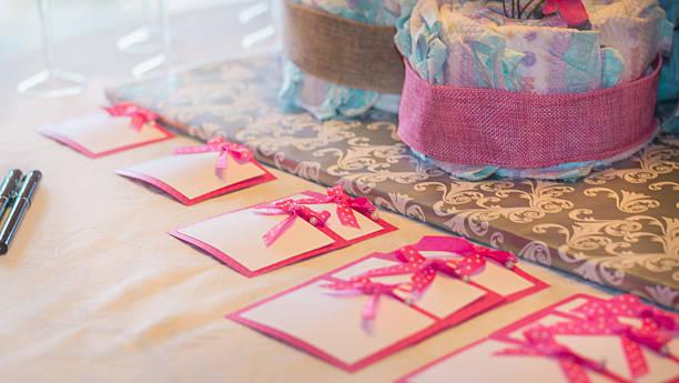 pink namensschilder mit rosa und weißen punkten schleifen - windel partys stock-fotos und bilder