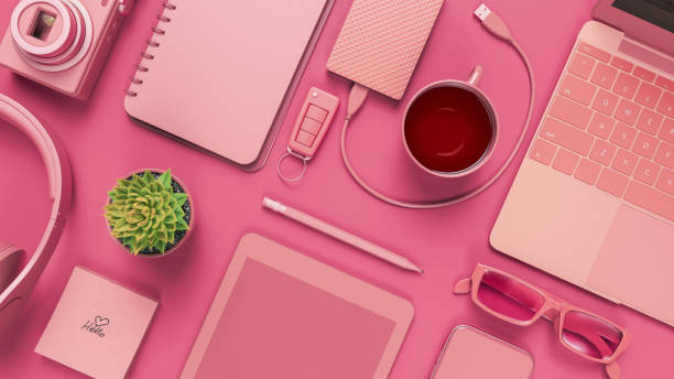 table de bureau rose avec le cahier blanc. - monochrome image teintée photos et images de collection