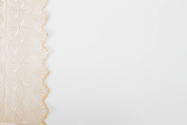 pink durchbruchmuster spitze form als linken rand auf weißem hintergrund - vintage spitze stock-fotos und bilder