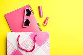 ピンクのパッケージと様々なピンクの女性のアクセサリー