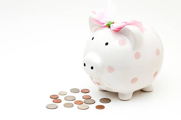 rosa sparschwein stehen neben kollektion von münzen - rentenpunkte stock-fotos und bilder