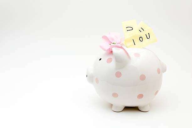 rosa sparschwein gefüllt mit schuldschein für reisebüros - rentenpunkte stock-fotos und bilder