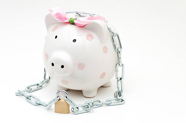 rosa sparschwein mit vorhängeschloss mit kette - rentenpunkte stock-fotos und bilder