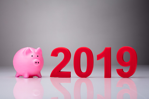 Pink Piggybank Besides Year 2019 - Fotografie stock e altre immagini di 2019