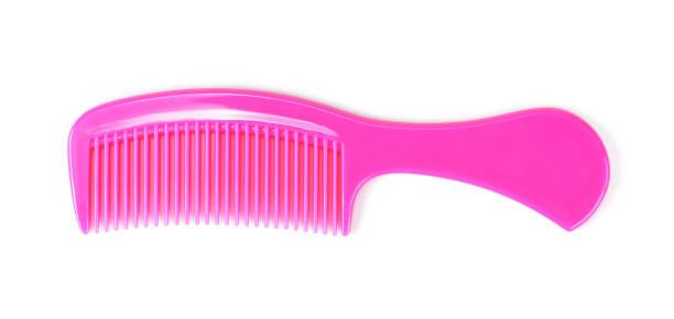 peigne à cheveux en plastique rose isolé sur fond blanc - peigne photos et images de collection