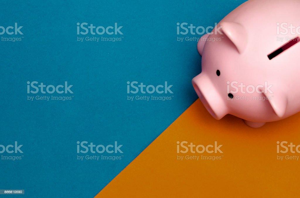 Hucha de plástico rosa en fondo rosa con copyspace - foto de stock