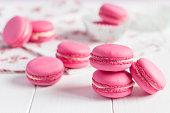 ピンクのラズベリーマカロンに白の木製の背景に