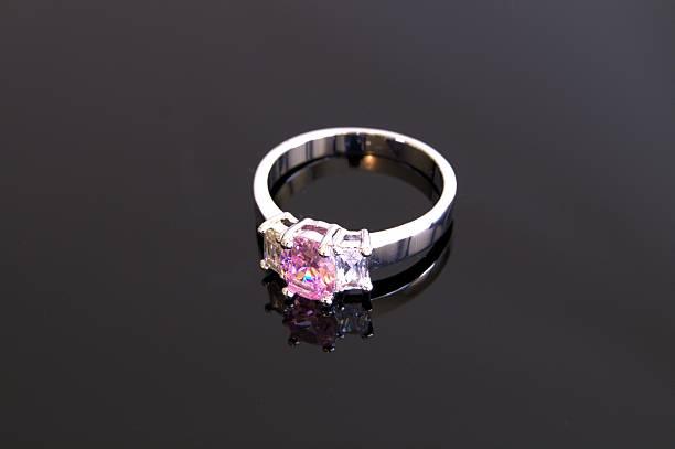 pink ring - verlobungsring 3 steine stock-fotos und bilder