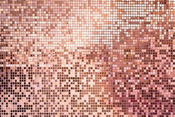 rosa rose gold quadratische mosaikfliesen für hintergrund - glitter farbige wände stock-fotos und bilder