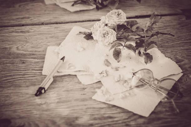 Rosa rose auf Holztisch Hintergrund mit Retro-Brille und weißen handgemachte Papier als Kopie Raum, romantischen floralen Thema – Foto