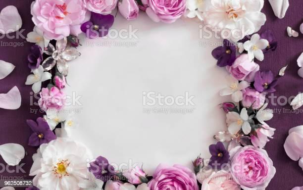 Foto de Rosas Cor De Rosa Em Um Fundo Vermelho Lugar Para Uma Inscrição e mais fotos de stock de Beleza