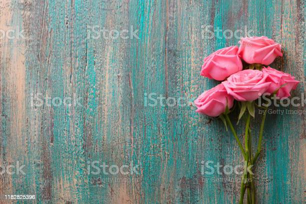Pink roses on colorful turquoise wooden background top view copy picture id1182825396?b=1&k=6&m=1182825396&s=612x612&h=pexpyhpuj0jr19ozsritg0uo2w eessngcmqznc4ofw=