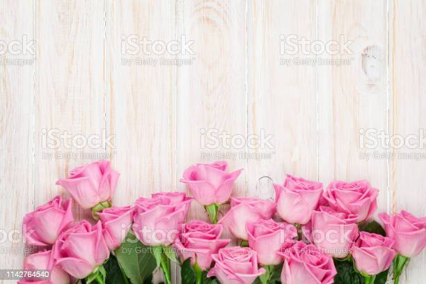 Pink roses over wooden table picture id1142764540?b=1&k=6&m=1142764540&s=612x612&h=djjfoq6bhjxtnxjrw rdiphiuncjqw hi7g9ckvwdcq=