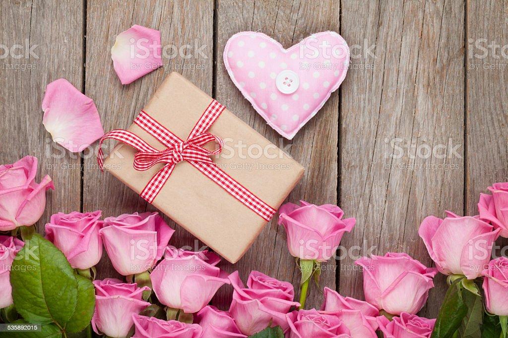 Rosa Rosen Auf Holztisch Mit Valentinstag Geschenk Box Stockfoto