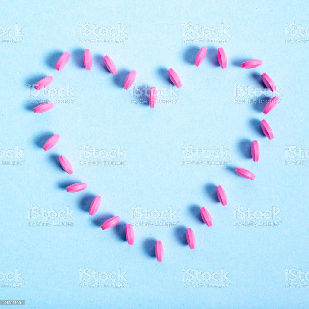 Rond rose comprimés étalée en forme de coeur - Photo de Ampoule libre de droits