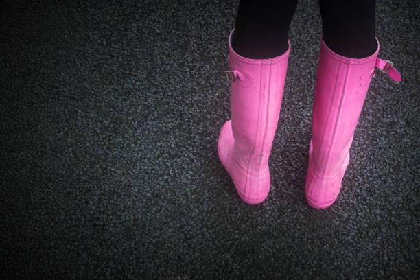 rosa gummi stiefel - schuhe auf englisch stock-fotos und bilder