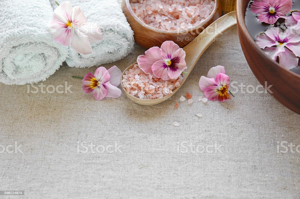 Pink sea salt and flowers, Spa setting, copy space background foto royalty-free