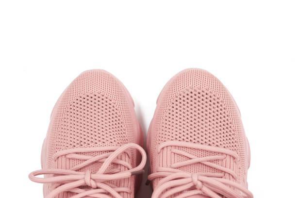 Sapatas cor-de-rosa isoladas no fundo branco. - foto de acervo