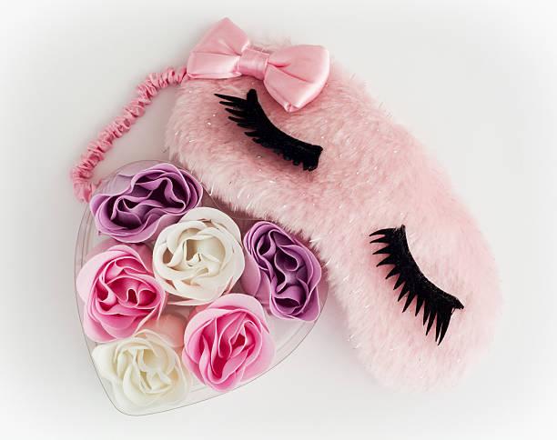 핑크 슬리핑 ㅁ마스크 및 약간의 심장 만든 직물 꽃 스톡 사진