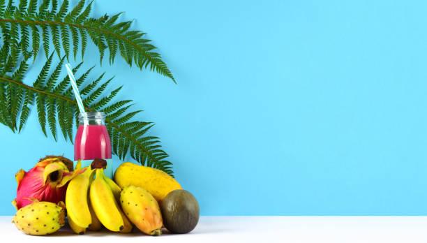rosa smoothie mit tropischen früchten. - kaktusfrucht stock-fotos und bilder