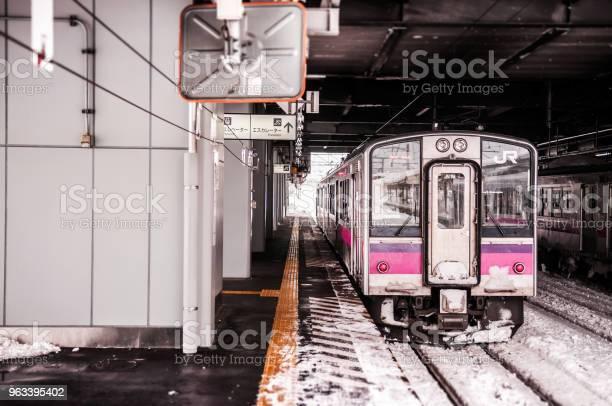 Różowy Pasek Jr East 701 Series Commutor Pociąg Na Stacji Hirosaki W Zimie Pociąg Emu Opperated Na Ou Main Line Między Akita I Aomori - zdjęcia stockowe i więcej obrazów Dworzec