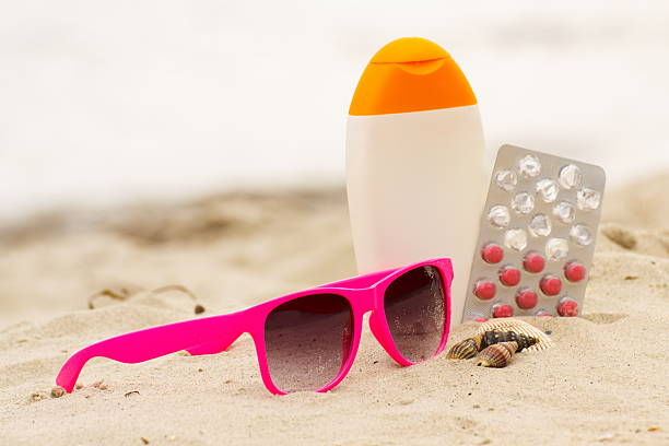 Pink Sonnenbrille, Muscheln, lotion und Tabletten von vitamin E – Foto