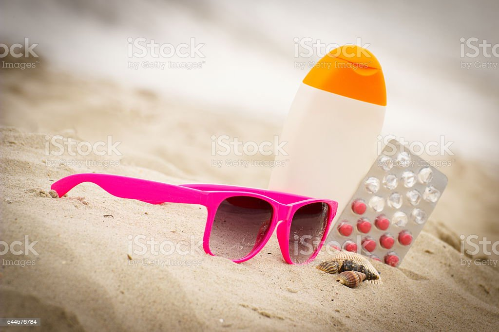 Pink Sonnenbrille, Muscheln, lotion und Tabletten von vitamin E - Lizenzfrei Medikamenten-Kapsel Stock-Foto