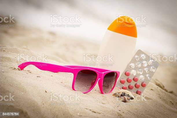 Pink Sonnenbrille Muscheln Lotion Und Tabletten Von Vitamin E Stockfoto und mehr Bilder von Medikamenten-Kapsel