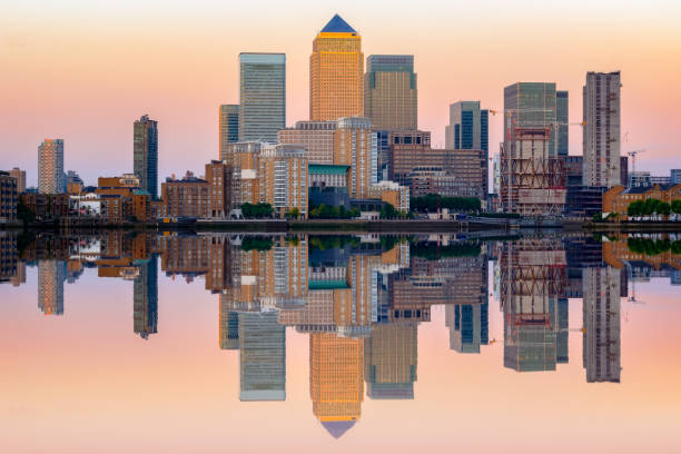 rosa sonnenuntergang in canary wharf in london - canary wharf stock-fotos und bilder