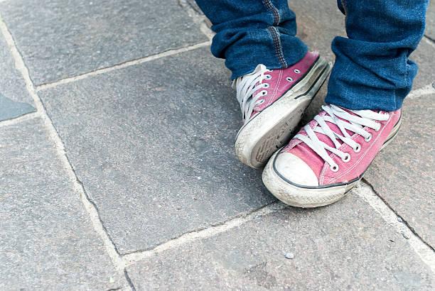 pink teenager schuh - fliesen verlegen stock-fotos und bilder