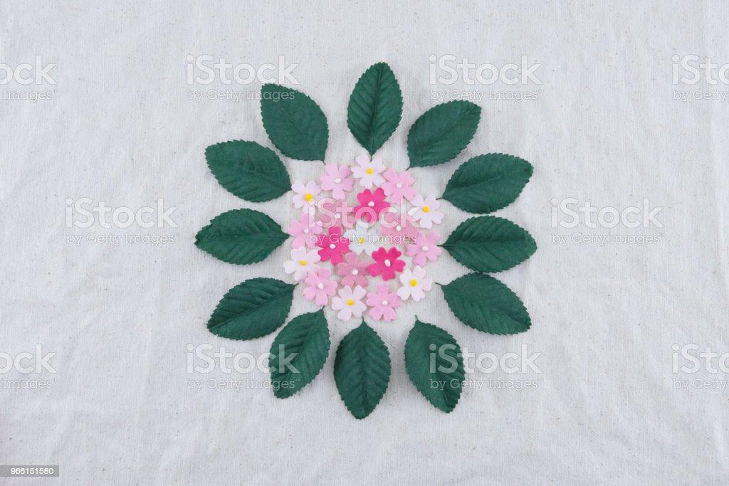 Roze Toon papier bloemen en groene bladeren boeket op mousseline stof - Royalty-free Blad Stockfoto