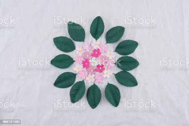 Rosa Ton Pappersblommor Och Gröna Blad Bukett På Tunt Tyg-foton och fler bilder på Blomma