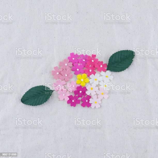 Fiori Di Carta Tono Rosa E Bouquet Di Foglie Verdi Su Tessuto Mussola - Fotografie stock e altre immagini di Amore