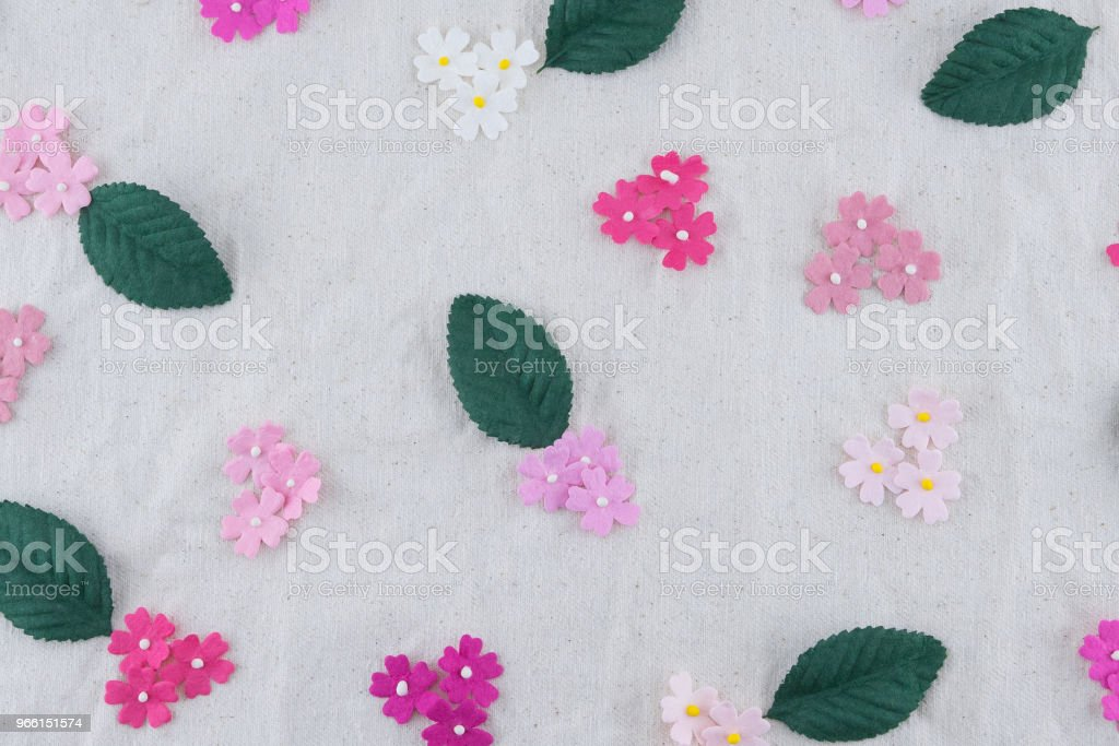 Pink tone paper flowers and green leaves pattern on muslin fabric - Royalty-free Amor Foto de stock
