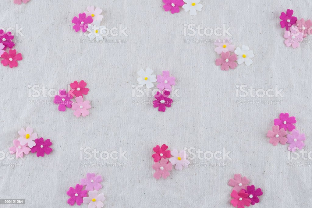Pink tone paper flowers pattern on muslin fabric - Foto stock royalty-free di Amore