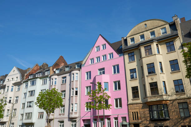 Rosa Stadthaus zwischen anderen Häusern – Foto