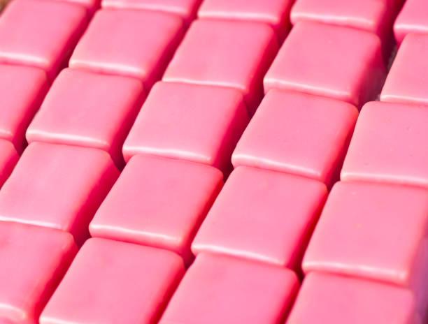 roze traktaties - kauwgomachtig stockfoto's en -beelden