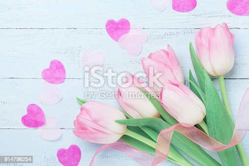 659293084istockphoto Pink tulip flowers decorated hearts and ribbon for Woman or Mothers day. Beautiful spring card. Top view. 914796254