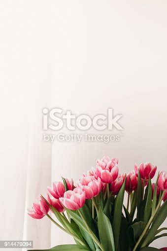 659293084 istock photo Pink tulip flowers for spring background top view in flat lay style. Womans or Mothers Day greeting card 914479094