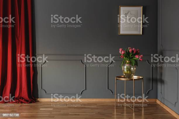 Pink tulips on a golden table in the corner of a luxurious interior picture id985162738?b=1&k=6&m=985162738&s=612x612&h=nb0cqa7hzpqhpp5wwlnxdkkhwqzrsofw5ulgegb2jyq=