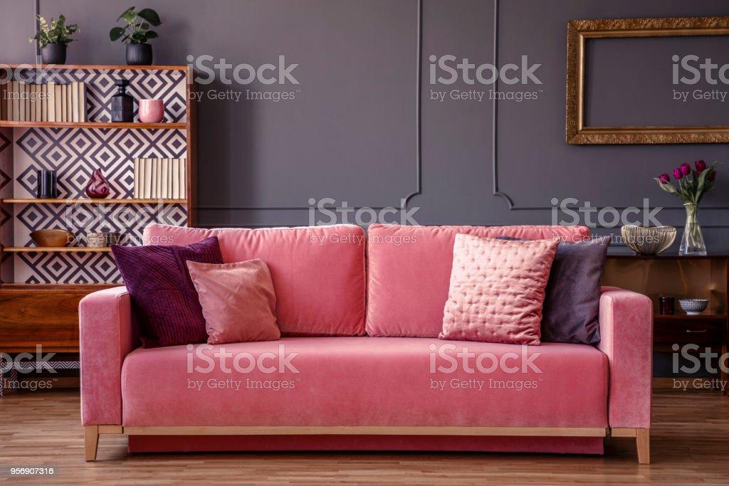 Rosa Samt Couch Mit Dekorativen Kissen In Grau Wohnzimmer ...