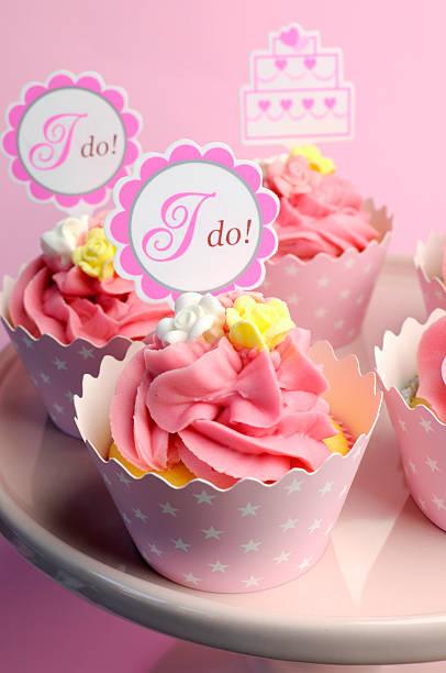 rosa hochzeit cupcakes mit ich jacke beschilderung - brautparty kuchen stock-fotos und bilder