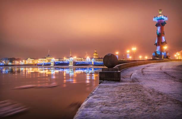 roze winter new year's ochtend met uitzicht op de brug van het palace - neva stockfoto's en -beelden