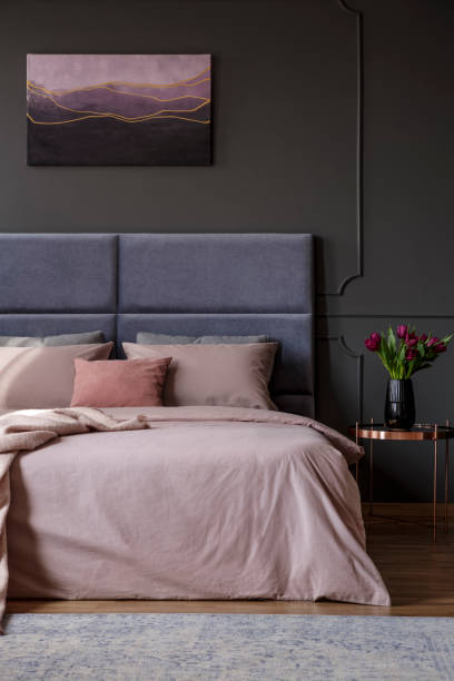 rosa frau schlafzimmer innenraum - pflaumen wände stock-fotos und bilder