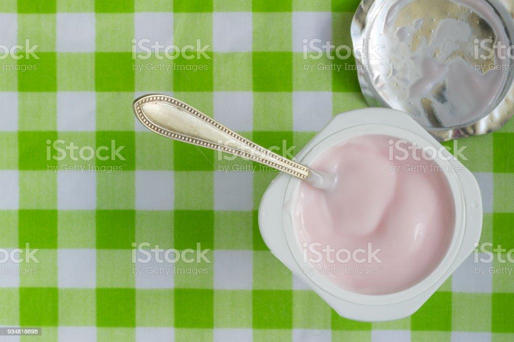 플라스틱 컵에 핑크 요구르트 스푼-텍스트 위한 공간을 가진 최고 보기 사진으로 클로즈업 - 로열티 프리 0명 스톡 사진