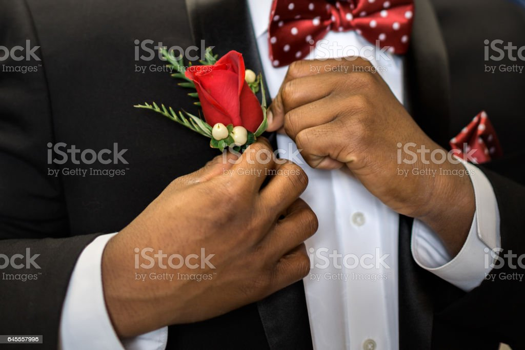Pinning boutonniere to lapel - foto de stock