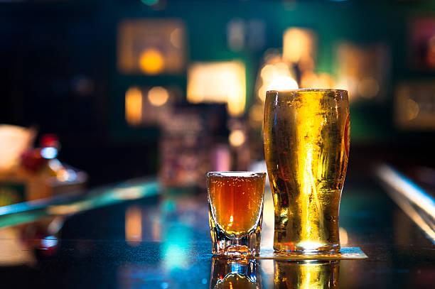 Pinte de bière et un verre de whisky au Bar - Photo