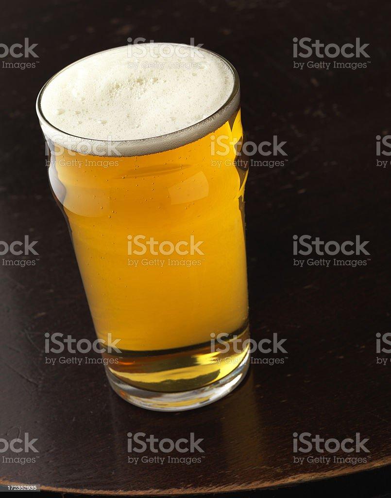 Pinta de cerveza en la mesa del bar foto de stock libre de derechos