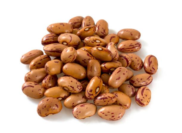 pinto beans isolated on white background - fasola pinto zdjęcia i obrazy z banku zdjęć