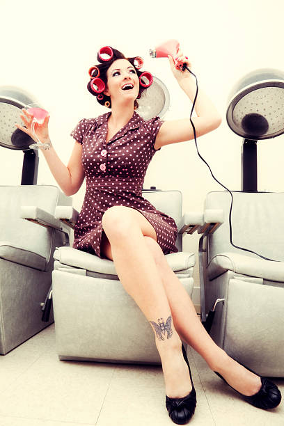 pin-up-mädchen: sexy frau mit rollen in einem beauty-salon - high heel tattoos stock-fotos und bilder